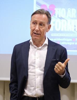 Jan Olof Jacke håller tal.