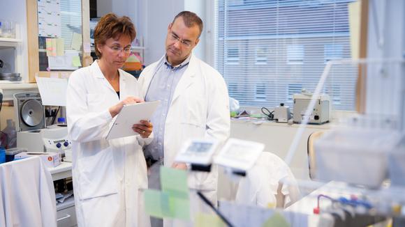 Forskare utför experiment i laboratorium