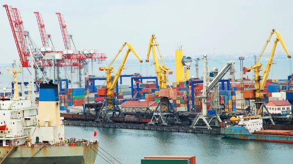 Lyftkranar och containrar lastar i en stor hamn