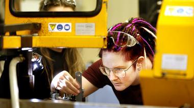 Ny satsning lockar kvinnor till industrin
