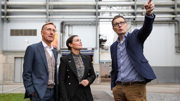 Svenskt Näringslivs vd Jan-Olof Jacke och regionchef Sofia Sjöström tillsammans med Jonas Lind, produktionschef på E.ON Händelöverket.