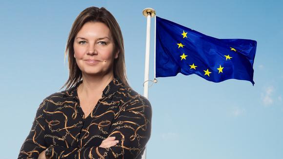 Lotta Petterson framför EU-flagga