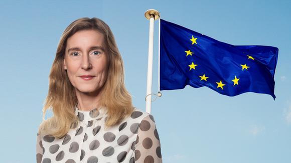 Kirsten Åkerman framför EUflaggan