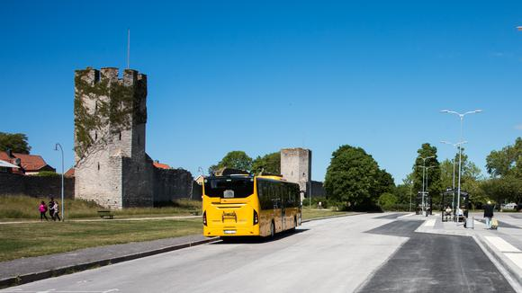 Gotlandsbuss parkerad vid busshållsplats