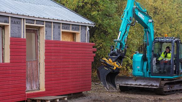 Grävmaskin vid ett husbygge