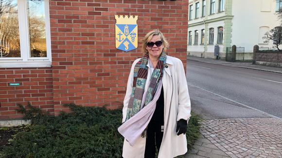 Lena utanför stadshuset i Oskarshamn