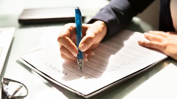 fyller i kontrakt