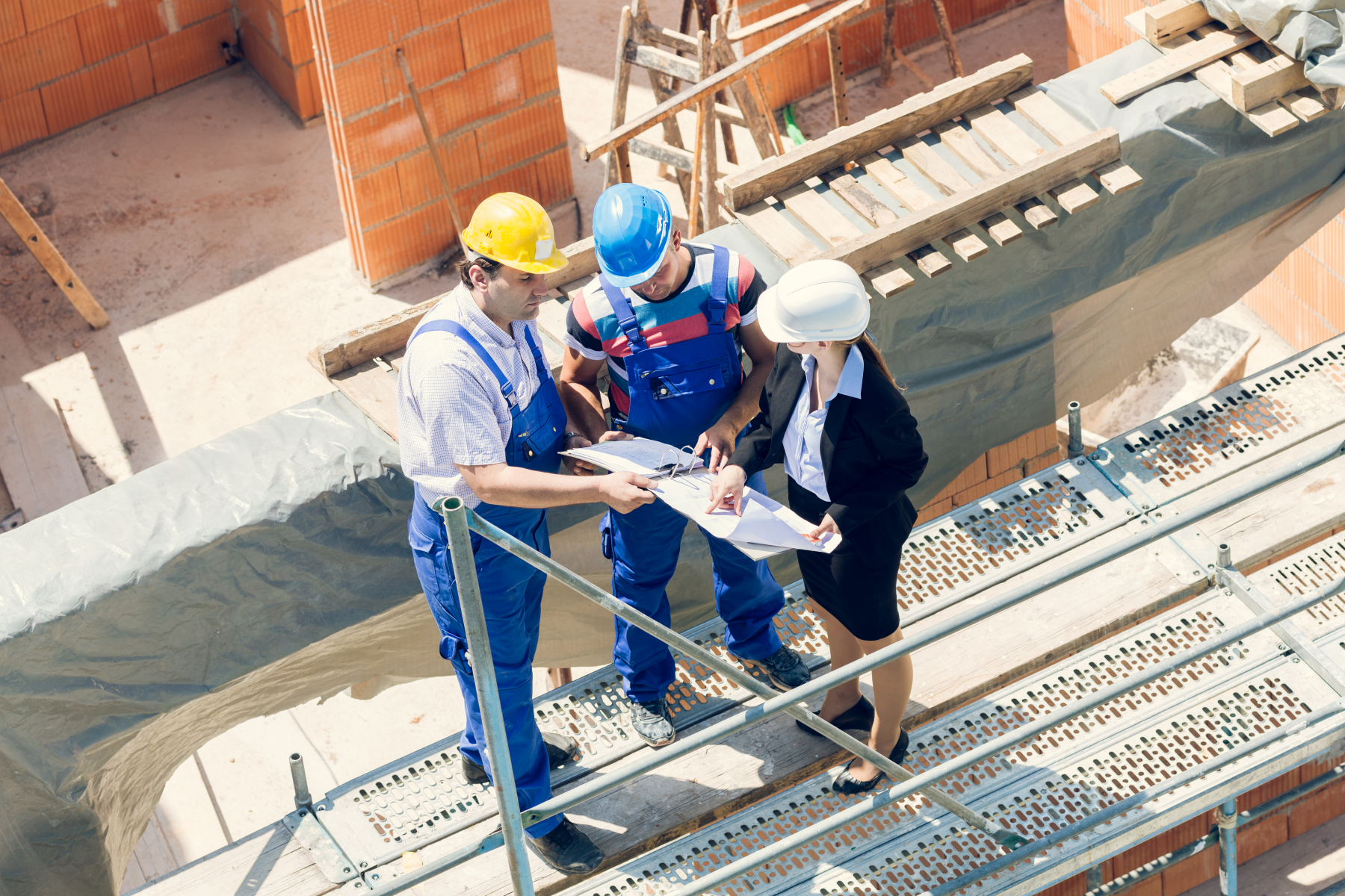 18963107-construction-worker-and-architect-discussing-plans-on-building-s