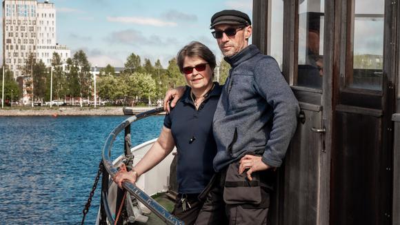 Karin Lindström och Tomas Lindbäck står på sin båt vid campingen i Piteå