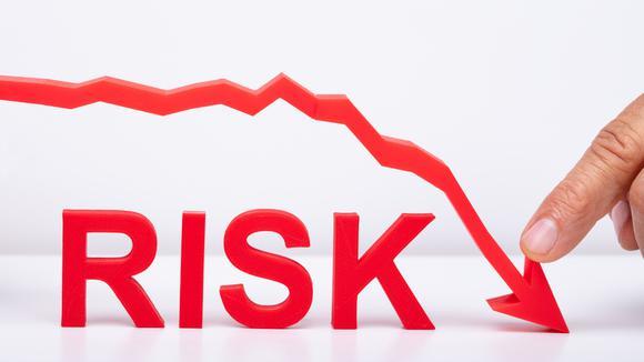 Röd nedåtgående pil och ordet risk