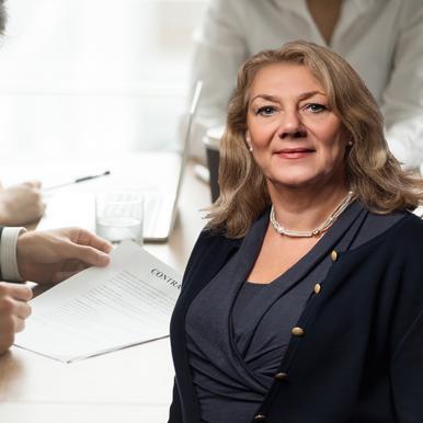 Bildcollage med en person som skriver kontrakt och porträtt av Ellen Hausel Heldahl