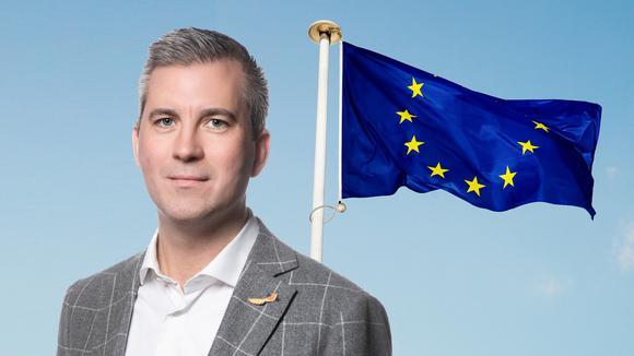 Karl Hulterström framför EU-flagga