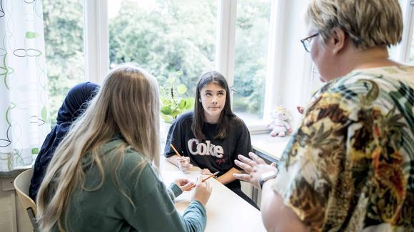 Elever som deltar i E-kampen får hanledning av lärare