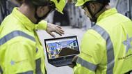 Två gruvarbetare från Zinkgruvan Mining som tittar på en laptop.