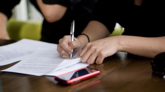 någon skriver under ett avtal