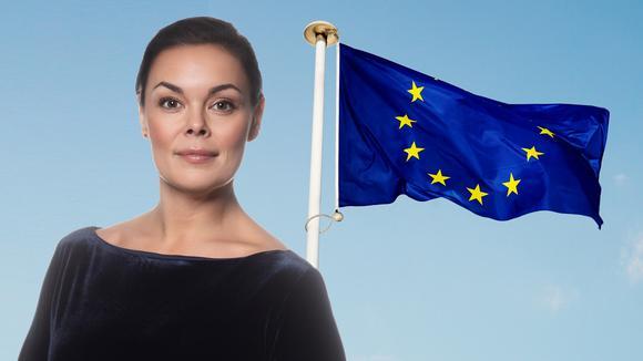 Sofia Sjöström framför EUflaggan