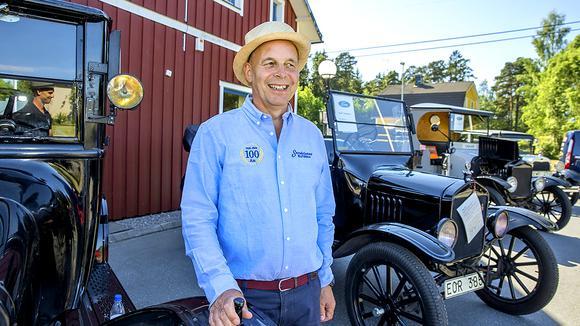 Magnus Sandström framför veteranbilar under 100-årsfirandet av firman