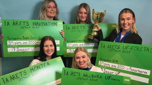Ida Rönnberg, Betina Pierre, Julia Nordenskjöld, Emma Holmlund och Saga Fjellheim i sin monter på årets UF-mässa håller upp sina vinstcheckar och pokal