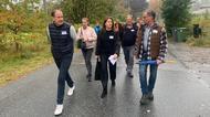 Politiker och företagare tillsammans på en walk and talk i Upplands Väsby