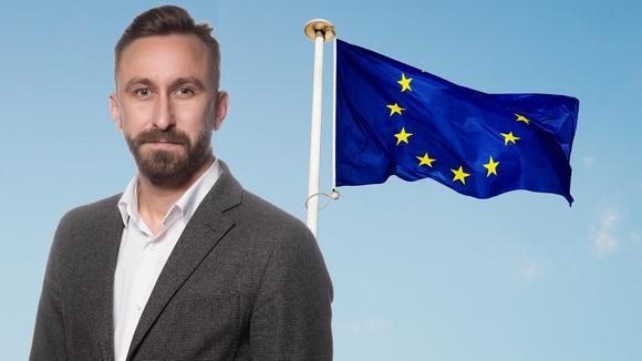 Olle Karstorp framför EU flagga