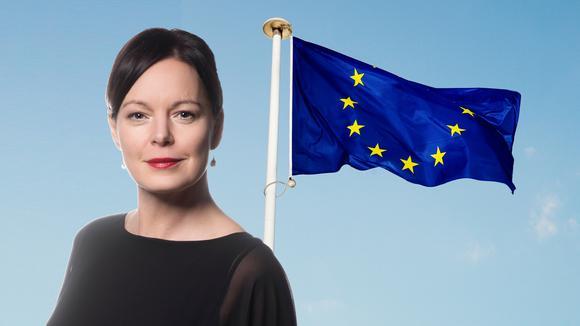 Anna-Lena Holmström framför EUflaggan