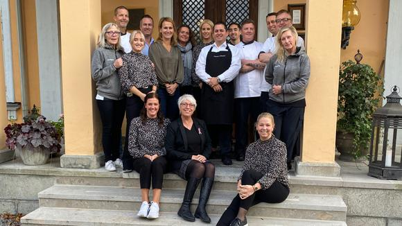 Personalen på Thoresta Herrgård samlande på trappan vid entrén