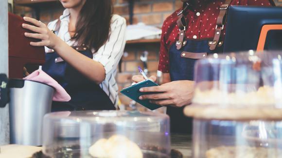 två personer som arbetar på café