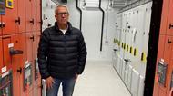 Richard Johnson, vd vid Jaco Fabriks i en modulbyggnad av en elkraftsanläggning av typen ModCon.