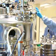Producent av covid-19 vaccin investerar och växer