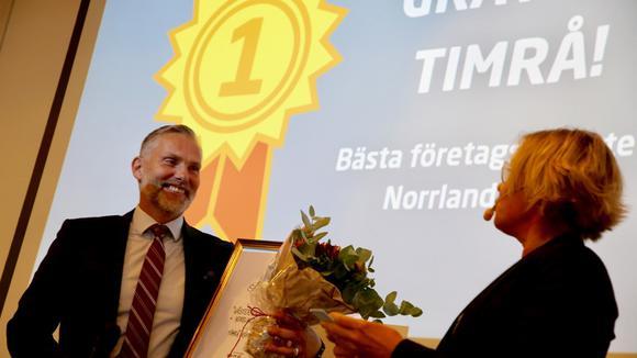 Stefan Dalin tar emot blommor och diplom av Anna Hedensjö Johansson