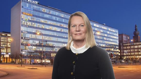 Kristin Lahed framför kontorshus i Västerås