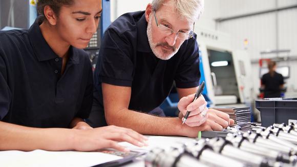 Två ingenjörer som arbetar