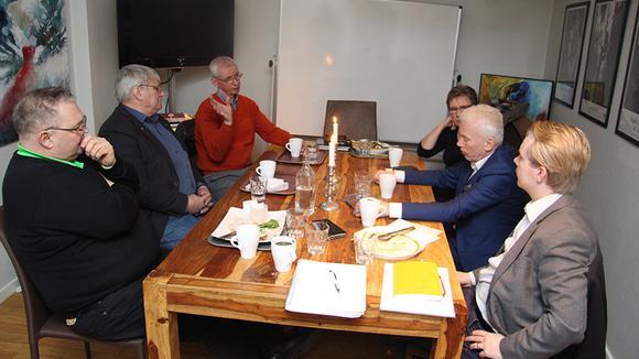 Företagar och politiker samtalandes vid ett fikabord