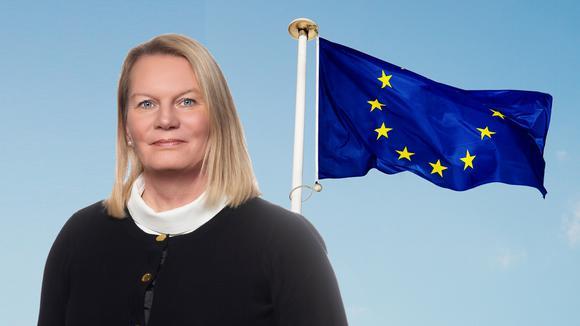Kristin Lahed framför EUflaggan