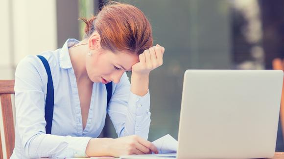 Bekymrad kvinna vid dator