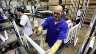 Två rbetare med utländsk bakgrund arbetar i en fabrik