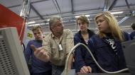 Elever diskuterar med en arbetsgivare under ett företagsbesök.